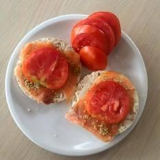 lunch: rijstwafels met la vache qui rit, zalm, olijventapenade en tomaat