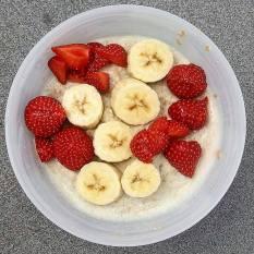 lunch: proats met banaan en aardbei