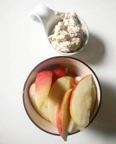 snack: appel met een dip van cottage cheese met pindakaas
